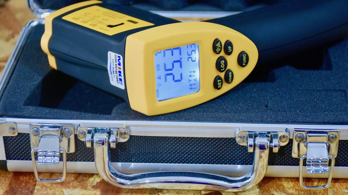máy đo nhiệt độ bằng hồng ngoại đựng trong vali chuyên dụng