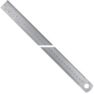 Thước inox khắc laser bản rộng, hướng đọc từ TRÁI sang PHẢI. Thang đo hệ mét.
